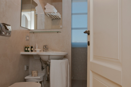 Picture of the bathroom of the suite in the main house