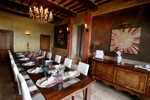 Picture of the high-class furnished dining room with ready-to-eat-table for 12 persons